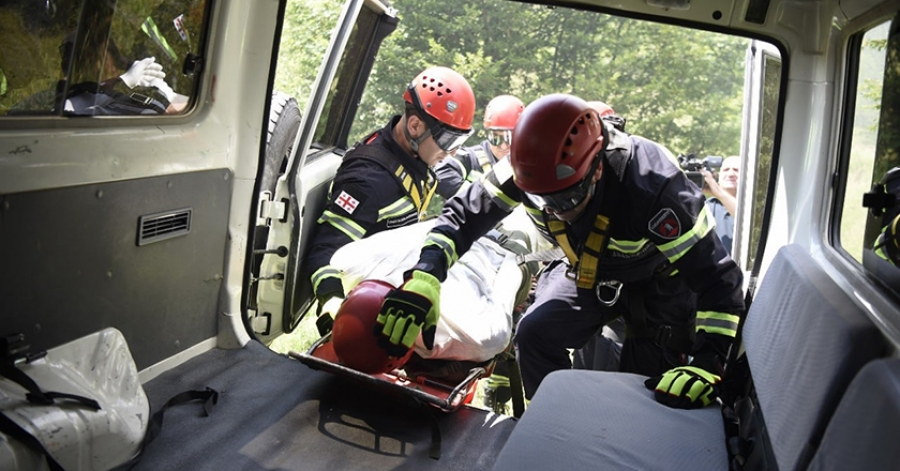 თუშეთის გზიდან მანქანა გადავარდა - 15 წლისბავშვი დაიღუპა, 2 ადამიანი დაშავდა