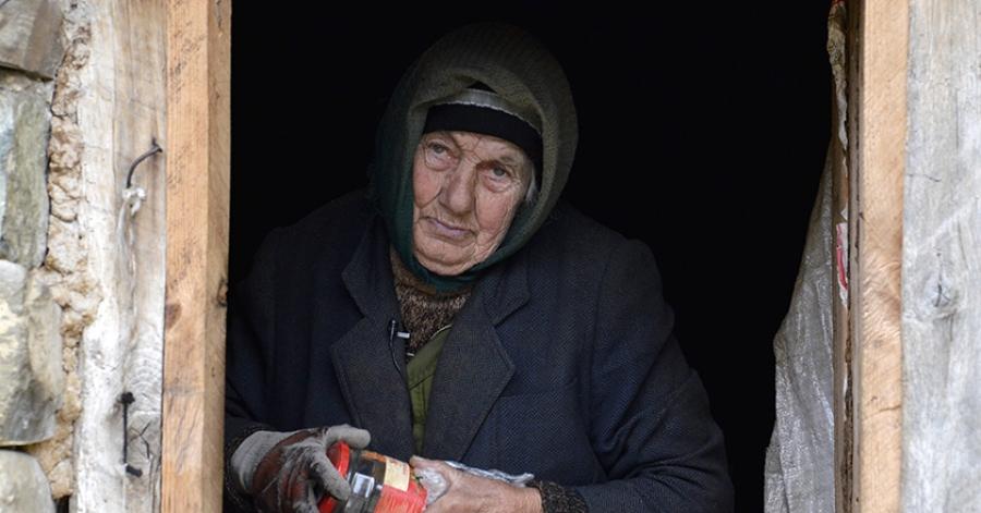 78 წლის უსახლკარო ქალი ძროხასთან ერთად გომურში ცხოვრობს